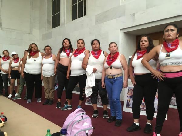 Sobrevivientes del acoso sexual sin camisas y declarando: ¡Yo soy dueña de este cuerpo!