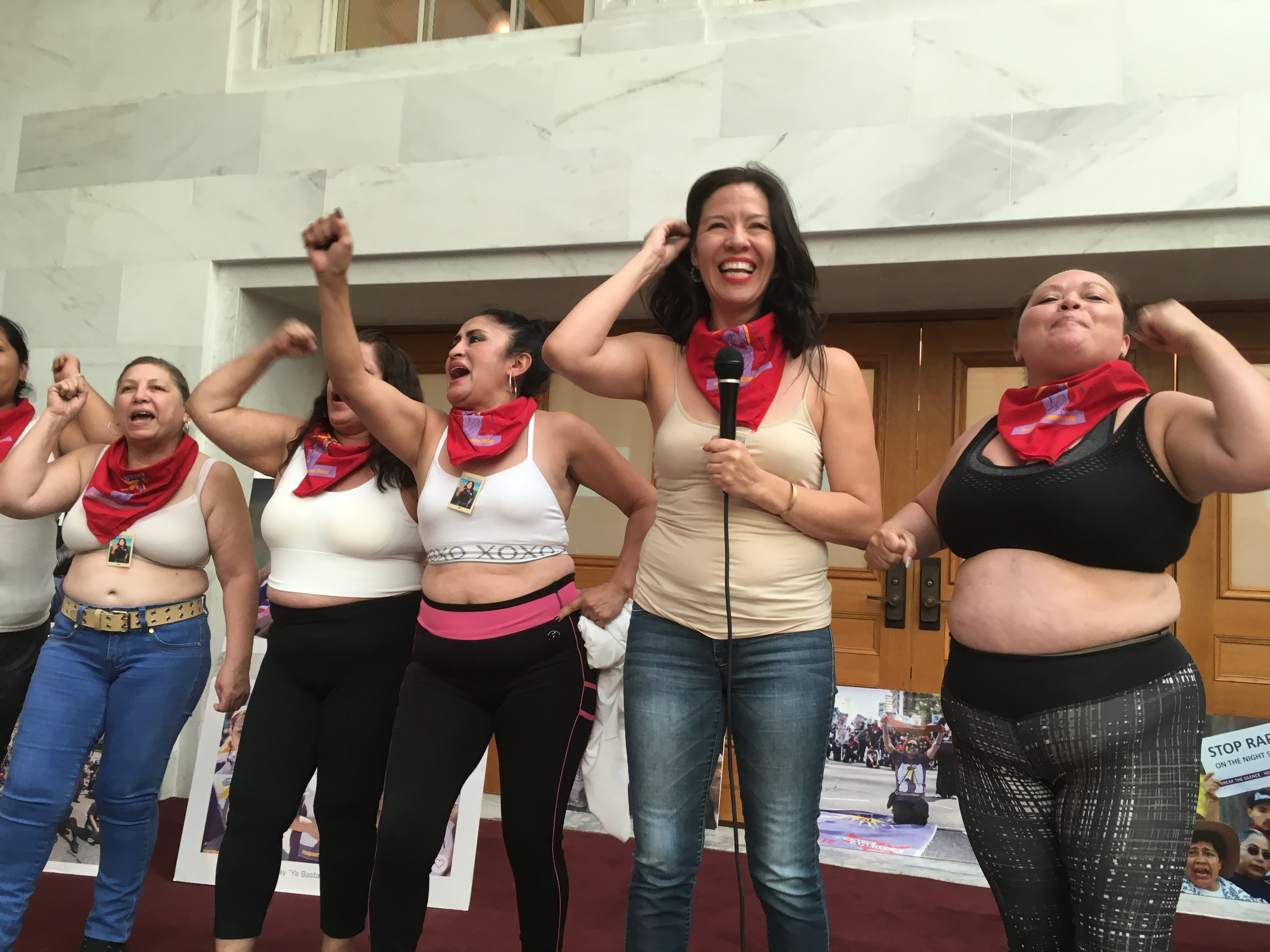 """Sobrevivientes del acoso sexual se quitaron las camisas declarando: """"¡Yo soy dueña de este cuerpo!""""."""
