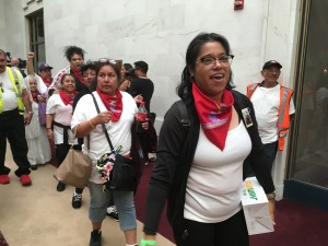 Las mujeres que caminaron de San Francisco a Sacramento ingresan al Palacio Municipal.