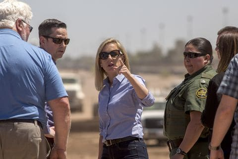 Department of Homeland Security Secretary Kirstjen Nielsen tours a replacement border wall construction site on April 18, 2018, in Calexico, Calif. Foto: Washington Post.