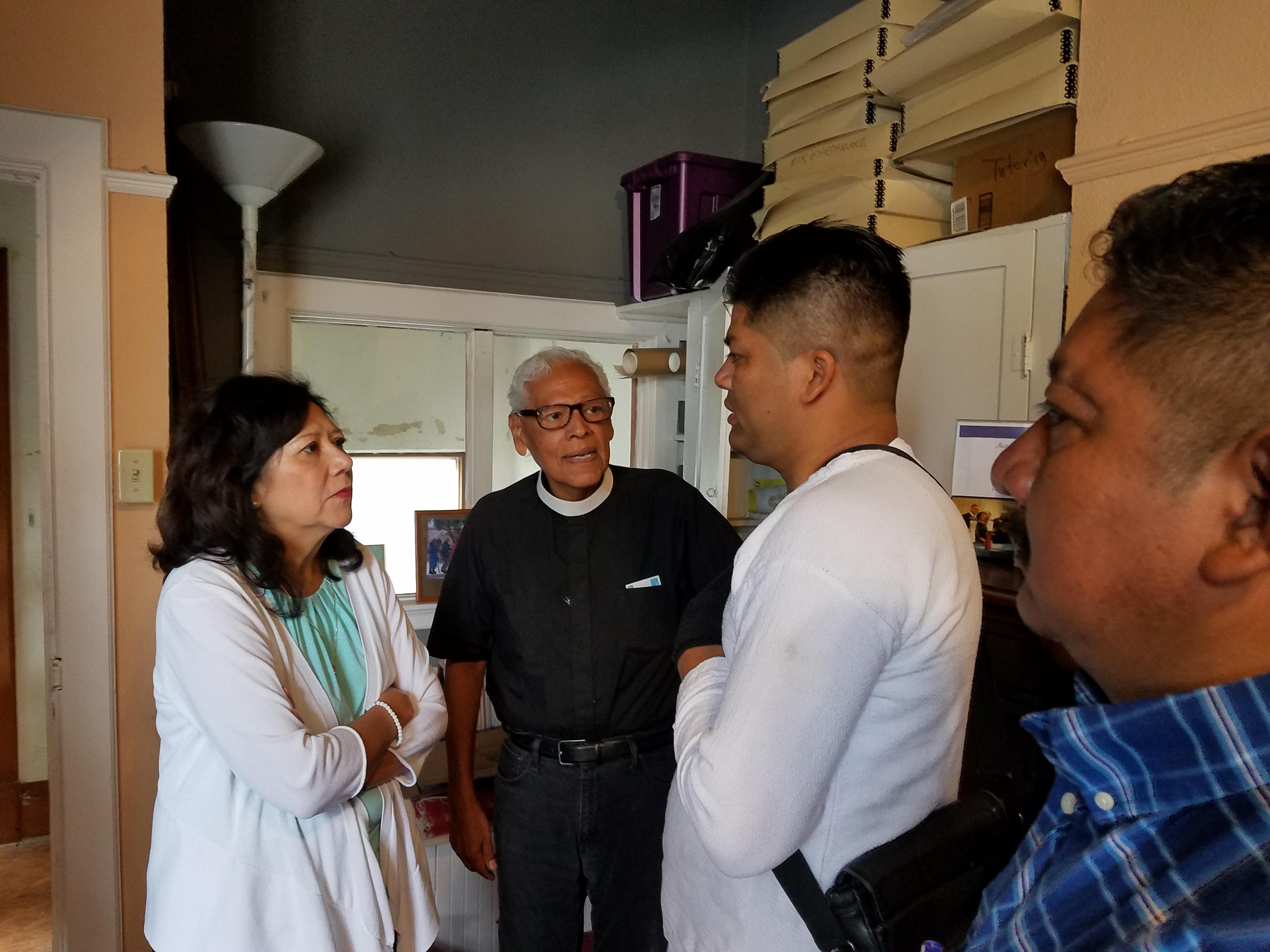 Supervisora Hilda Solis, escucha con atencion a Jose Luis Hernandez, de blanco, a su lado Benito Murillo y al fondo Padre Richard Estrada.