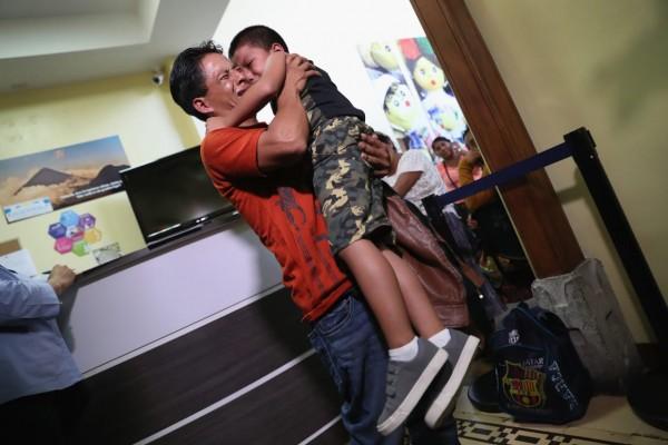 Un padre emocional abraza a su hijo por primera vez en meses, el 7 de agosto de 2018 en la ciudad de Guatemala, Guatemala. Foto: John Moore / Getty