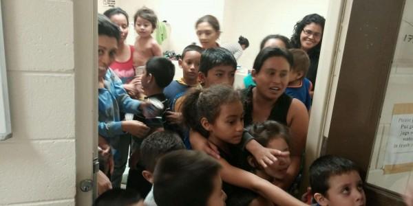 Familias con semanas esperando en el puente fronterizo Tijuana-San Ysidro, para ser recibidos por los agentes de Inmigración, intentan entrar a las oficinas migratorias. Foto: The Huffpost.