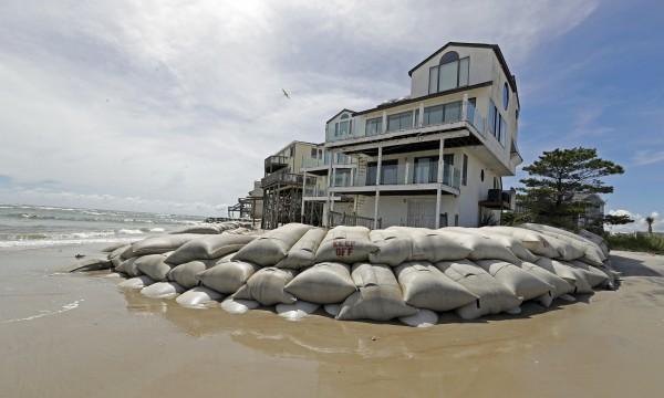 Así protegían hasta ayer miércoles sus casas los habitantes de North Topsail Beach, en Carolina del Norte. Foto: www.accuweather.com.