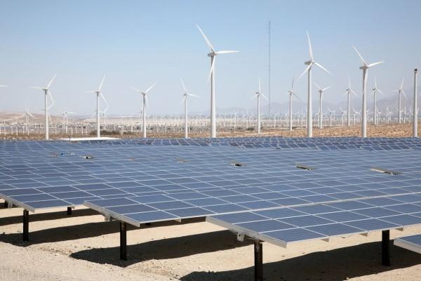 Paneles solares y molinos de energía eólica en zonas desérticas de California. Foto: www.vox.com.