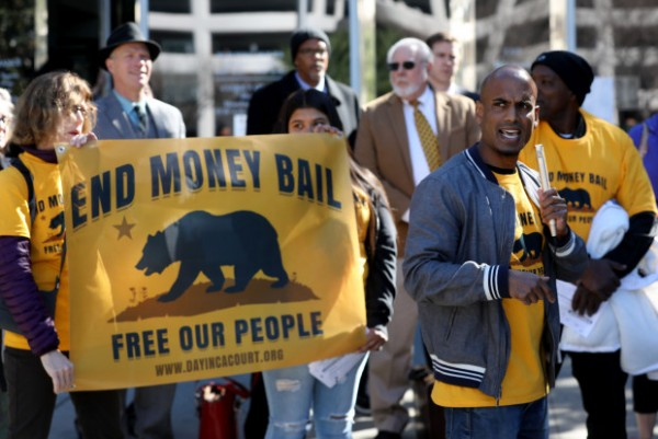 Ray Jayadev, director de De-Bug, en el Valle del Silicón durante una demostración de apoyo a la ley SB 10 de California, que elimina la libertad bajo fianza. Foto: The Mercury News.