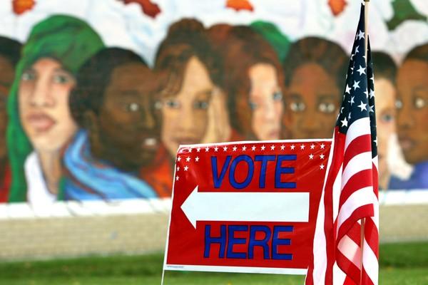 """Los asistentes al Día Latino de Lake County Fair pueden registrarse para votar. Un """"Vote aquí"""" dirige a los votantes más allá de un mural pintado en el Centro de recreación Cudell. Foto: www.cleveland.com."""
