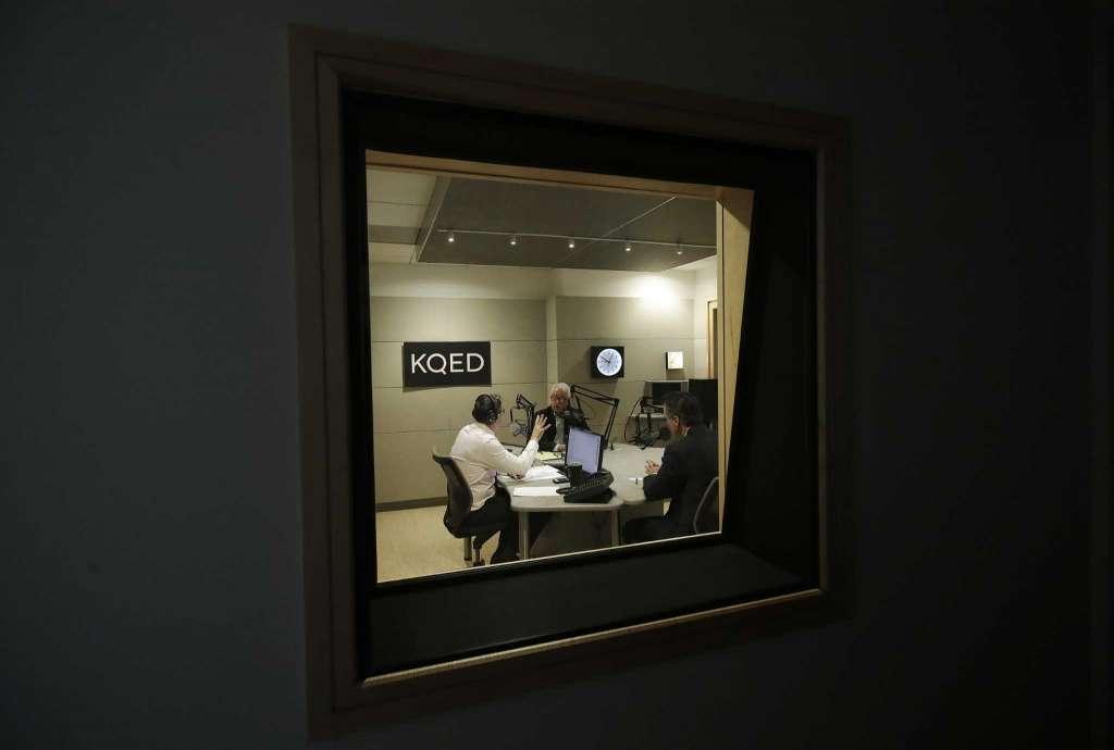 El presentador de radio Scott Shafer, a la izquierda, modera un debate gubernativo de California entre el candidato republicano John Cox, centro, y el candidato demócrata Gavin Newsom en el estudio de radio pública KQED en San Francisco.
