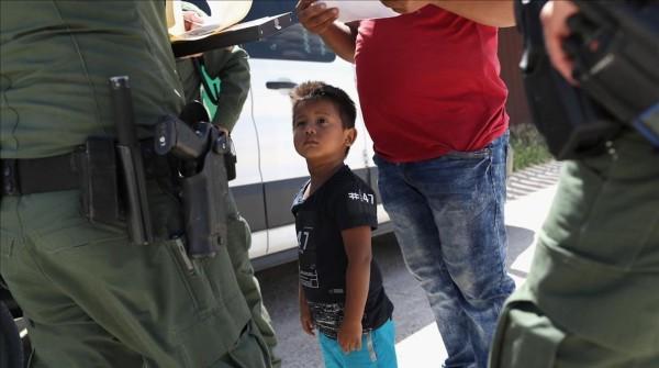 Un niño mira al agente de la Patrulla Fronteriza arrestar a su padre en la frontera de México con Texas. Foto: www.elperiodico.com.