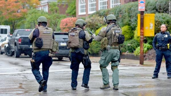 Elementos del Ejército rodean el área de la sinagoga en Pittsburg tras el asesinato de 11 personas que guardan su día religioso en una sinagoga. Foto: CNN.