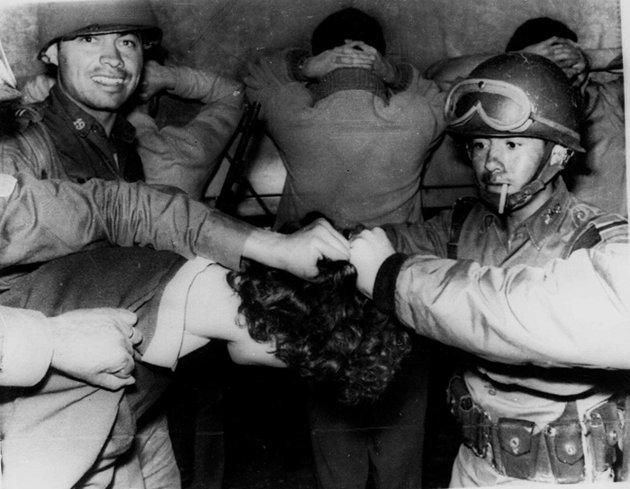 Elementos del Ejército detiene a un joven que participó en la manifestación del 2 de octubre de 1968 en Tlatelolco. La foto fue tomada el 3 de cotubre, después de la noche en que se suscitaron los fatídicos hechos.  Foto: www.taringa.net.