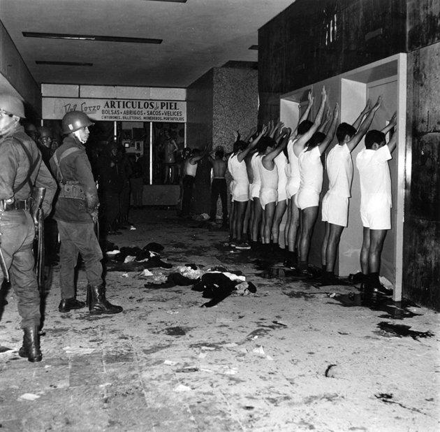 Jóvenes detenidos en ropa interior, dentro de un edificio de la unidad habitacional Tlatelolco el 2 de octubre de 1968. Foto: AP/Proceso