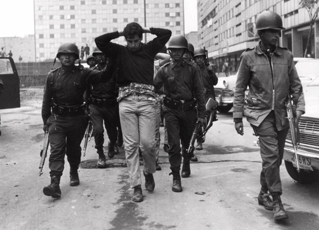 Arresto en la Plaza de las Tres Culturas en Tlatelolco el 3 de octubre de 1968. La noche anterior en un enfrentamiento se estima que murieron alrededor de 300 personas; sin embargo, los medios reportaron menos de 30. Foto: www.taringa.net