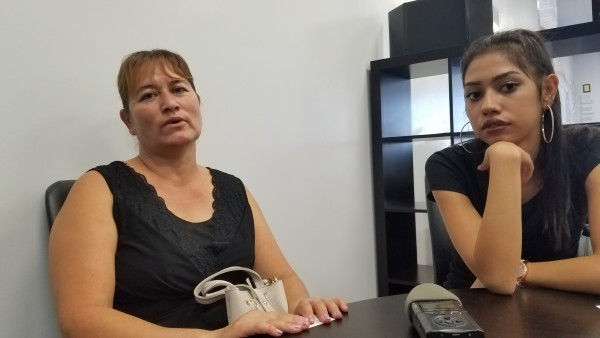 Ana Rosa Ríos y su hija Jennifer, comparten sus experiencias con Noticiero Latino de cuando estaban con y sin seguro médico. Foto: Rubén Tapia.