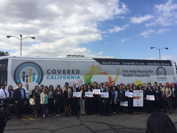 Autobús de Covered California en 2017 -uno similar recorrerá este estado en noviembre, después de las elecciones de medio término que se aproximan. Foto: Covered California/Facebook.