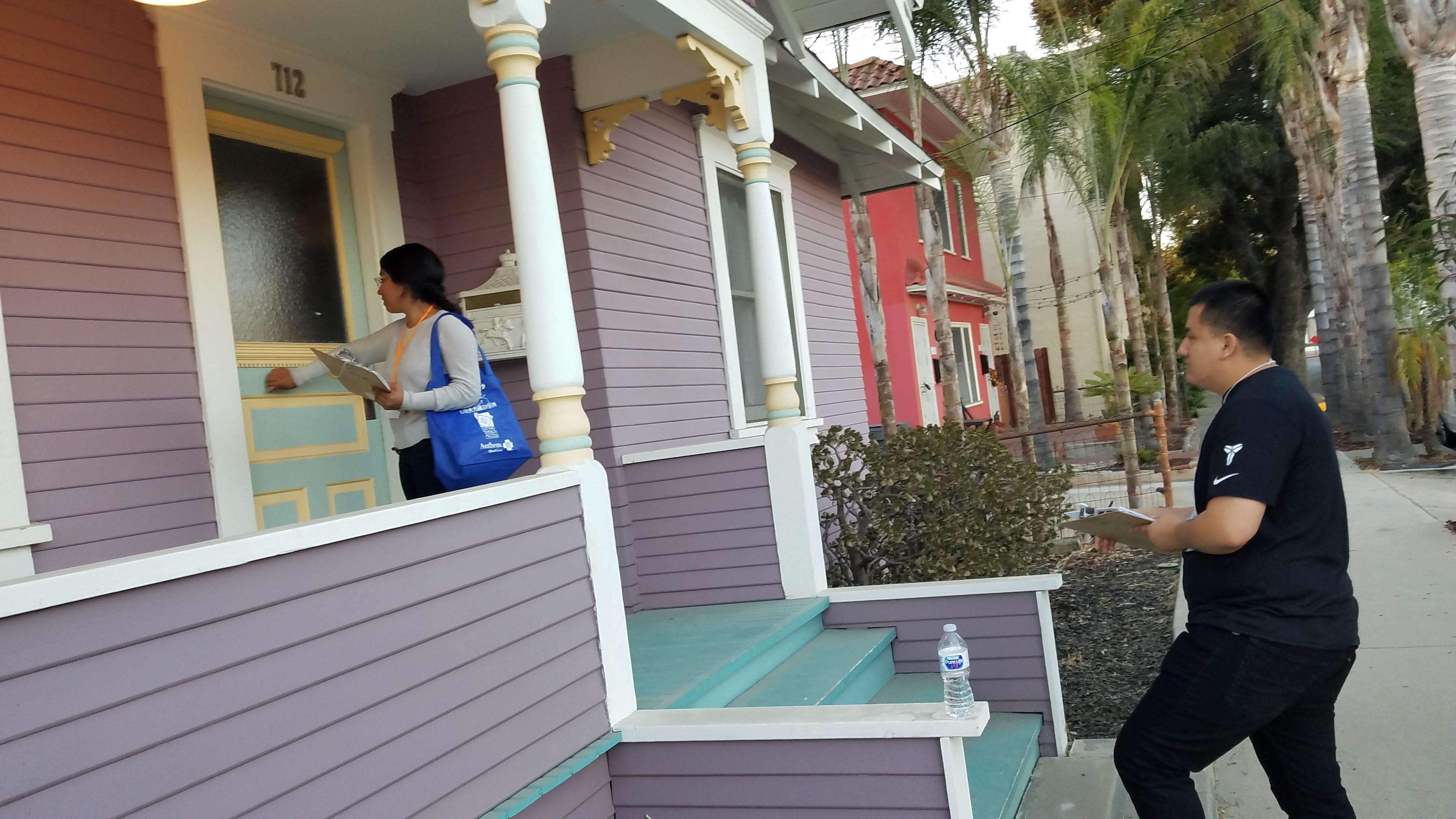Cynthia Guerra y José Flores promueven entre los vecinos el apoyo al control de rentas en Santa Ana.