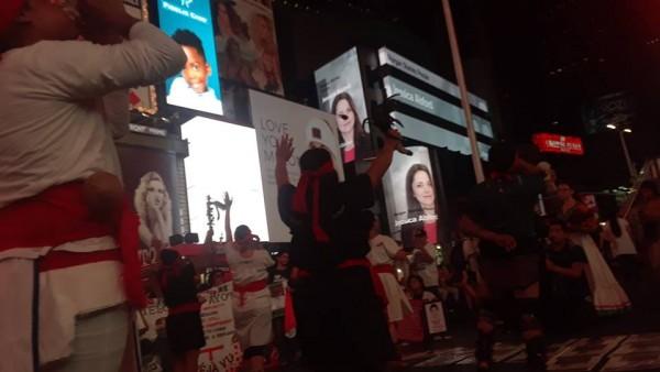 Danzantes Aztecas del Grupo Semillas en Times Square. Foto: MHT.