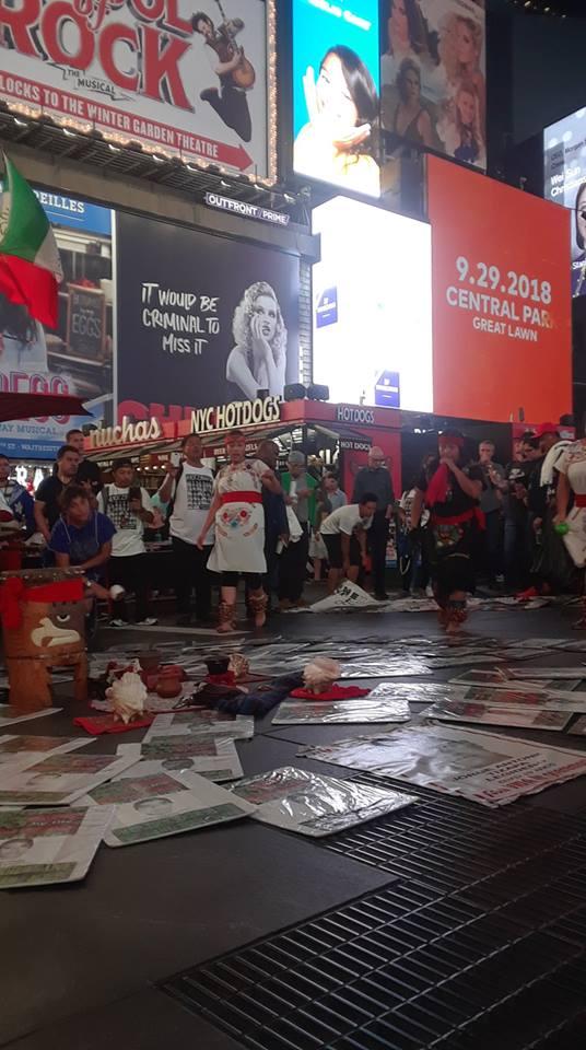 Danzantes Aztecas del colectivo Semillas, ocupan la plaza de las manifestaciones en Times Square. Foto: MHT.