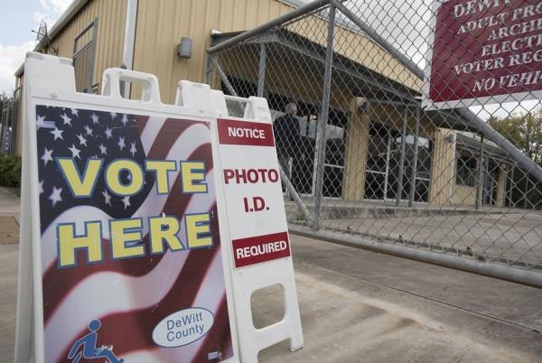 Un informe señala que Texas ha cerrado la mayoría de los lugares de votación desde un fallo judicial de un tribuna de Texas. Durante la primera semana de votación anticipada para las elecciones presidenciales de 2016, abogados de derechos civiles luchas contra las diferentes formas de supresión del voto. Foto: The Texas Tribune.