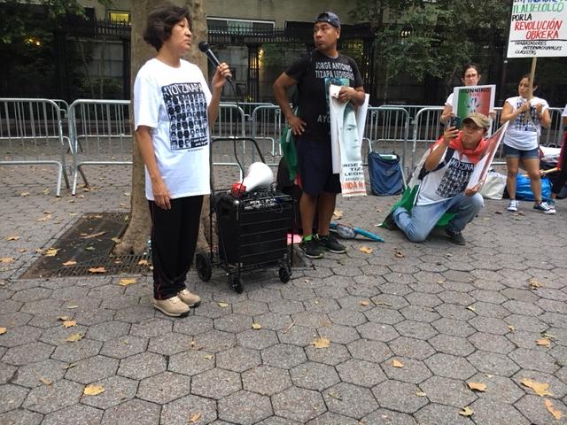 La señora Rosario Cabañas, hija del legendario guerrillero mexicano, Lucio Cabañas, al lado del señor Antonio Tizapa, en el parque frente a la sede de las Naciones Unidas en la ciudad de Nueva York, donde comenzó la marcha en conmemoración de los 4 años de la desaparición de los normalistas de Ayotzinapa. Foto: MVG.