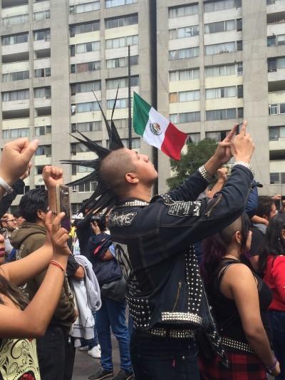 Manifestación masiva intergeneracional en La Plaza de las Tres Cutlturas.