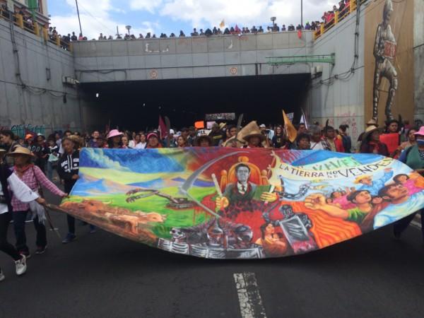 El contingente del Frente de Pueblos en Defensa de la Tierra, de Atenco, marchando por el Eje Central rumbo al Zócalo.