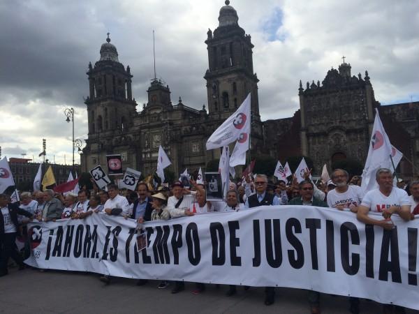 Líderes del Movimiento Estudiantil del 68, encabezando la multitudinaria manifestación, a su llegada al Zócalo de la Ciudad de México.