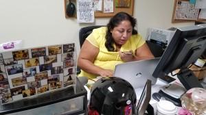 Karla Juárez, una de las firmantes de la propuesta de control de rentas, conversa con una de sus amigas y voluntarias.