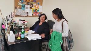 Laura Pantoja, coordina a los que saldrán esa tarde a tocar puertas en favor de la medida. La mayoría son mujeres.