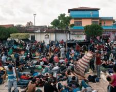Migrantes centroamericanos en la plaza principal de Huixtla, México Credit Luis Antonio Rojas para The New York Times
