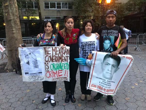 En la plaza frente a la ONU, de izquierda a derecha, Malú Huacuja-del Toro, Daisy Bujarín, Rosario Cabañas y Antonio Tizapa. Foto: MVG.