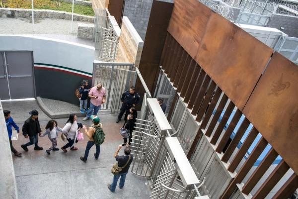"""A estos migrantes se les negó el asilo que venían buscado y son echados """"al otro lado"""". Foto: www.theintercept.com."""