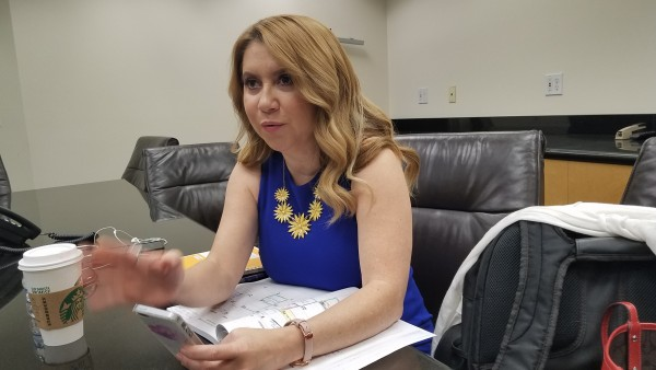 Yurina Melara, quien representante de Covered California, con entusiasmo describe la campaña para que los latinos sigan asegurados. Foto: Rubén Tapia.
