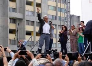 Andrés Manuel López Obrador en la Plaza de las Tres Culturas rindiendo homenaje a los caídos hace 50 años, masacrados por el ejército Mexicano. Foto: La Silla Rota.