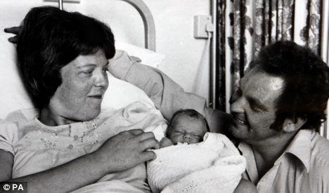 Pareja de latinoamericanos con su nuevo hijo nacido en Estados Unidos. Foto: www.dailymail.com