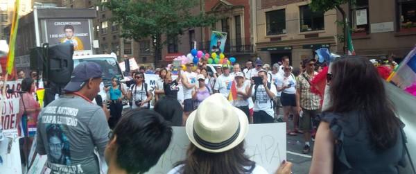 La marcha hizo una primera parada frente al Consulado de México en Nueva York, odnde Antonio Tizapa con el micrófono, denunció la complicidad del Estado Mexicano con las desapariciones forzadas de los 43 normalistas. Foto: cortesía de Malú Huacuja-del Toro (MHT).