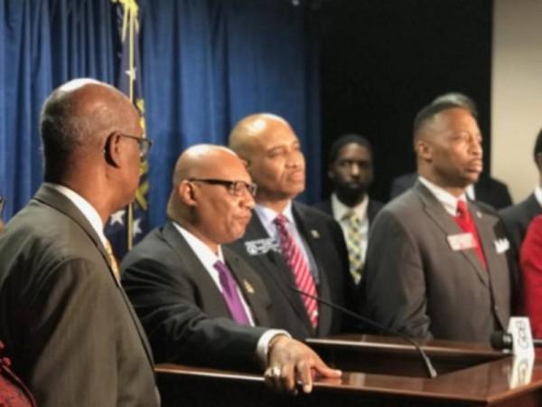 Grupo de Legisladores Afroestadunidenses presentaron una conferencia de prensa en la Corte del condado de Gwinnett contra el Departamento de Estado de Georgia. Foto: www. patch.com/.