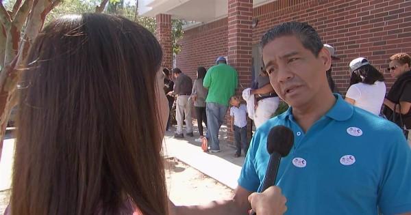 Latino habla sobre los temas más apremiantes que afectan a su comunidad durante una larga línea de espera para votar por anticipado en Texas. Foto: www.msnbc.com.