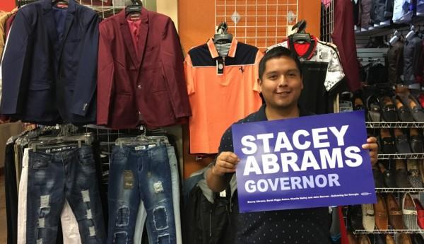 Comerciantes latinos apoyaron entusiastamente a Stacey Abrams. Foto: Mother Jones.