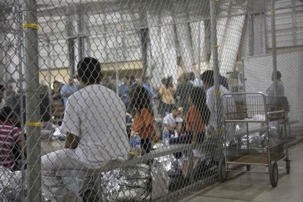 """Las personas que cruzaron la frontera entre Estados Unidos y México se sientan ilegalmente en el centro de procesamiento central de la Patrulla Fronteriza y Aduanas de EE. UU. En McAllen, Texas. Los niños fueron retirados de sus padres en el centro en mayo y junio, como parte del esfuerzo de """"Cero tolerancia"""" del presidente Trump . Foto: AFP / Getty Images."""