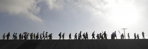 Caravna de migrantes por un tramo desolado en su recorrido hacia Estados. Foto: Progreso de generación.