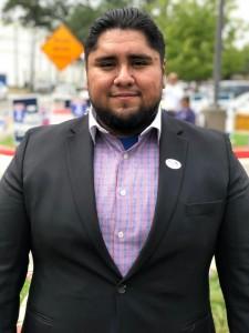 Abraham Espinosa, porta orgulloso la insignia que alude el haber votado .