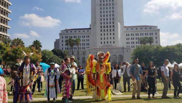 En círculo ritual, indígenas y seguidores ahí presentes en la ceremonia, danzaron para honrar la histórica fecha del 12 de octubre.