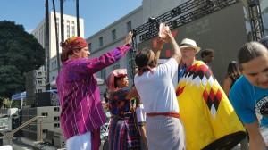 Indígenas guatemaltecos le dan la bendición al concejal Mitch O'Farrell.