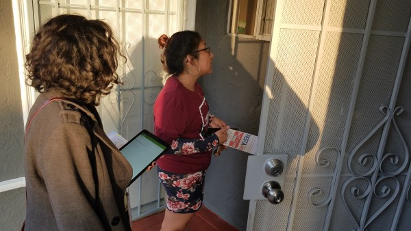 Katia García y Diana Escamilla, visitan una de las 100 familias para promover el voto.
