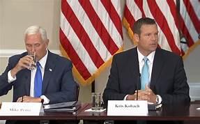 El vicepresidente, Mike Pence y el secretario de Estado de Kansas, Kris Kobach, quien fue derrotado este martes en su intención de buscar la gubernatura de Kansas. Foto: www.latest.com.