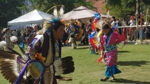 Las nuevas generaciones de nativoestadunidenses portan con orgullo sus vestimenta tradicional.