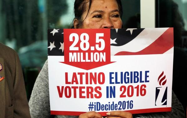Georgina Arcienegas con un letrero en apoyo a los votantes latinos, 12 de enero de 2016. Foto AP / Lynne Sladky.