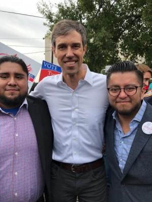 Los hermanos Abraham y César Espinosa junto al candidato demócrata al Senado,  Beto O'Rourke.
