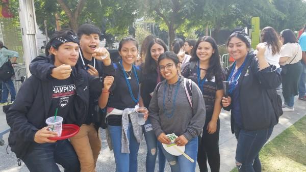 Luz Figueroa, al centro y de lentes, posa con sus amigos de la escuela Soto Mayor, que llegaron a aprender sobre esta celebración.